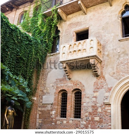 Statue of Juliet and the balcony of her house