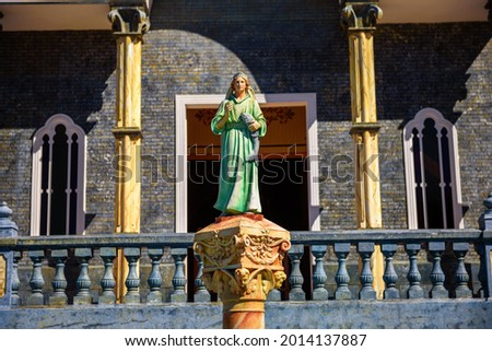 Statuette of the Virgin Mary in front of the Catholic church called Iglesia de San Rafael in Zarcero, Costa Rica. Foto stock ©