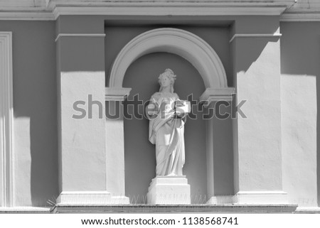 Stature of a woman at a house