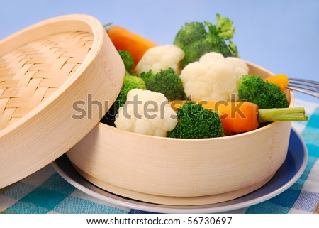 steamed broccoli,carrot and cauliflower  on bamboo steamer