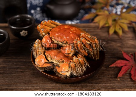steamed chinese mitten crab, shanghai hairy crab isolated on wood table(大闸蟹) 商業照片 ©