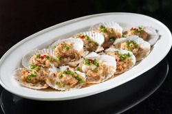 Steamed scallop with garlic and rice noodles