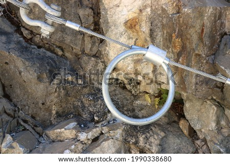 Steel turnbuckle, wire rope used in securing a rockslide barrier system, Sonora County, CA. Zdjęcia stock ©
