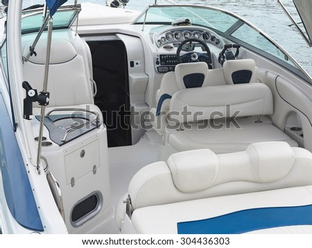 Steering wheel command pilot place on a white luxury yacht