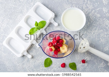 Step by step recipe. Cooking Homemade pink ice cream. Step2 add bananas and raspberries in blender. Natural fruit and berry popsicle sugar free Foto stock ©