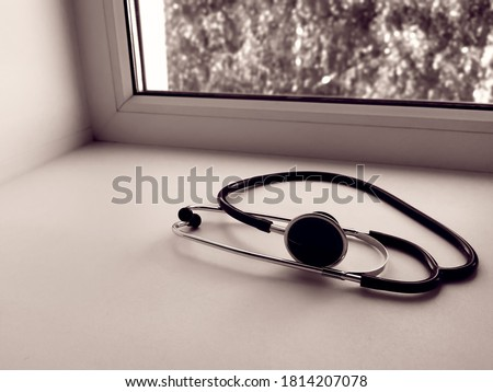 Stethoscope or phonendoscope on the doctor's window. Treatment of colds or flu. Foto stock ©