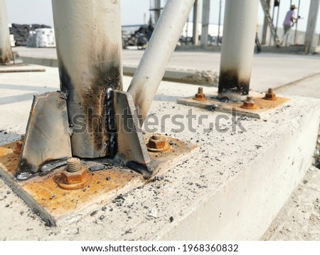Stiffener plates on pipe column, anchor bolts installed on bottom plate, Moment Connection Requires Bolts Outside the Flanges, stiffeners in steel structures Foto stock ©