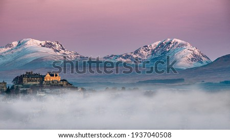 Stirling Castle on a wintery Scottish day just before sunrise hits the castle Foto stock ©