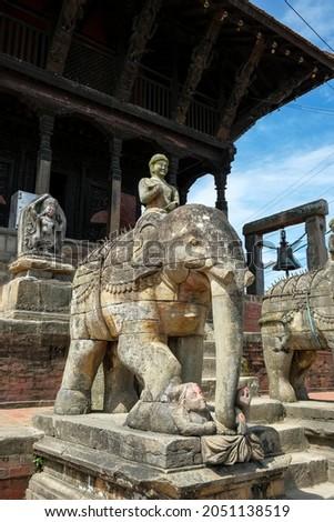 Stone elephants guard the entrance to the Uma Maheshwar temple in Kirtipur in the Kathmandu Valley, Nepal. Foto stock ©
