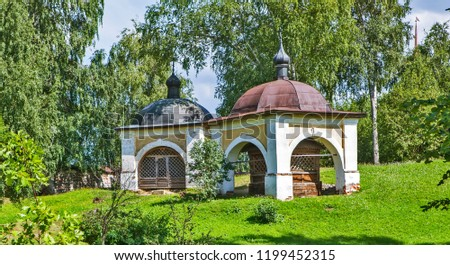 Stone porch over the chapel and the cross, marking the place of the first cell of the Rev. Hegumen Cyril and Ferapont Belozersky. On the territory of the Kirillo-Belozersky monastery. Kirillov. Russia Foto stock ©