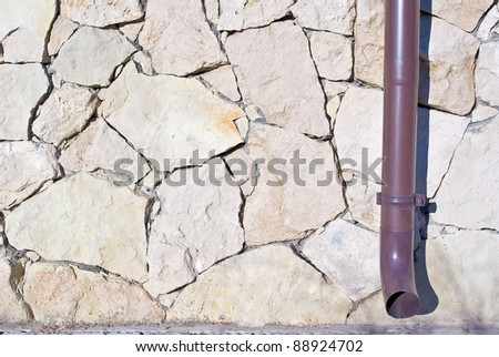 stone retaining wall with various size geometric stones