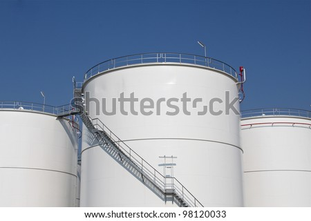 Storage tanks for oil