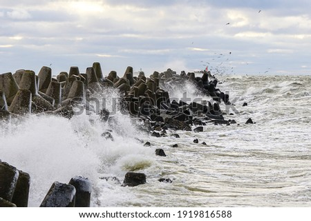 storm on the Baltic coast, waves hitting the breakwater concrete tetrapods Foto d'archivio ©
