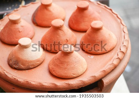 stove of Kanom Krok, traditional Thai dessert. Made with flour, sugar and coconut milk,Kamon Krok pan in retro style made from clay Zdjęcia stock ©