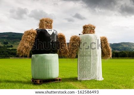 Straw bale models of a bride and groom.