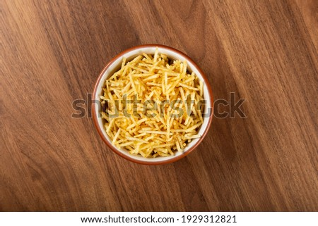Straw potato in bowl on wooden background. Top view image. Foto stock ©