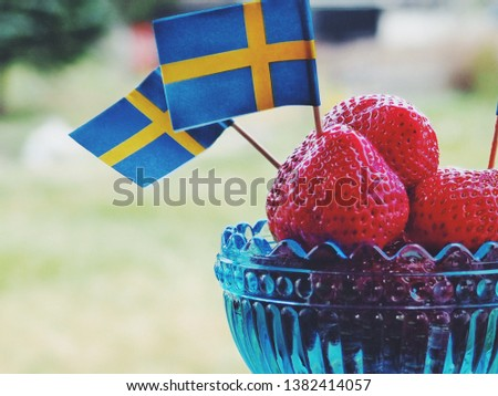 Strawberries with swedish flags. Celebration of Swedens National Day or Midsummer.  Foto stock ©