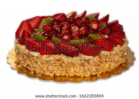 Strawberry cake with hazelnut grain - White Background - Torta con fragole e granella di nocciole Stock foto ©