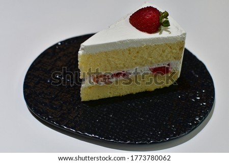 Strawberry cheese cake is a cake that uses strawberry as a primary ingredient.Strawberries may be used in the cake batter, atop cakes and in a strawberry cake's frosting.