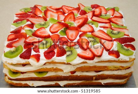 Strawberry kiwi fruit cake