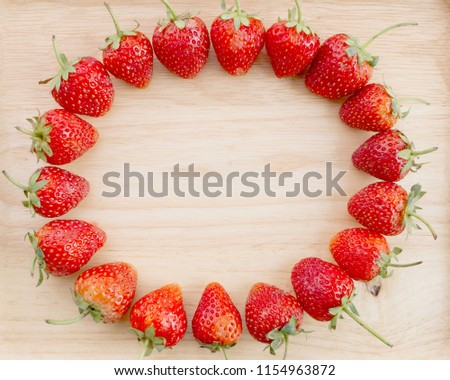 strawberry line up circle on wooden background