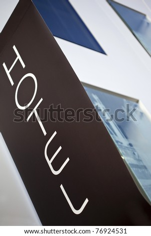 Streamer in front of a facade of a hotel