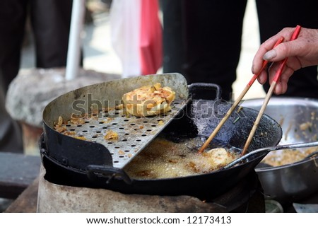 Street hawker's cooking in Chinatown
