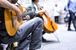 street performers with guitar, with audience