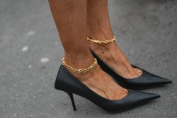 Street style accessories – Black pointed high heel shoes and ankle jewlery details - StreetStyleFW2020