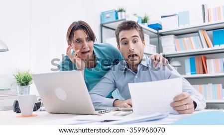 Stressed young couple checking bills, taxes and bank account balance, they are panicking, debt and cost of living concept Foto stock ©