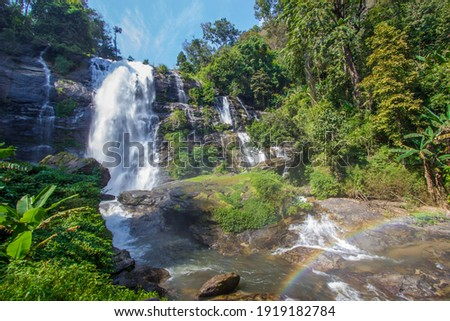 Strong flow with rain-like mist and rainbow in the spray of Vachirathan Waterfall in Doi Inthanon National Park,Chom Thong District,Chiang Mai province,Northern Thailand. Foto stock ©