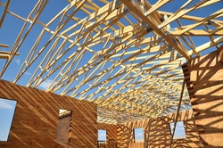 Structure of a wooden house under construction, in French.