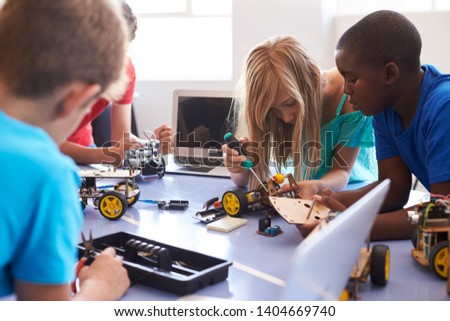 Students In After School Computer Coding Class Building And Learning To Program Robot Vehicle Foto d'archivio ©