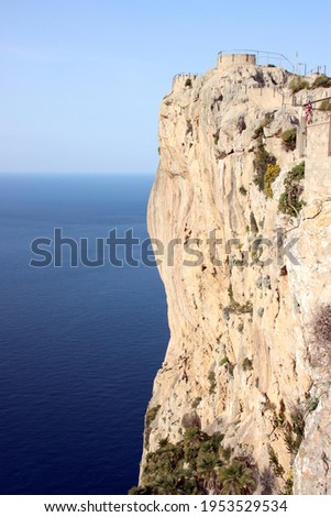 Stunning viewpoint n rocky cliffs overlooking blue and turquoise waters at Mirador Es Colomer on the Spanish balearic island of Mallorca.  Foto stock ©