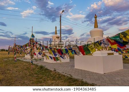 Stupas and flags near Syakusn Syume, Geden Sheddup Choikorling Monastery, Tibetan Buddhist monastery in Elista, Republic of Kalmykia, Russia Foto stock ©