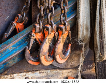 Sturdy construction hooks on the chain. The hooks latch hooks for heavy loads. Orange hooks