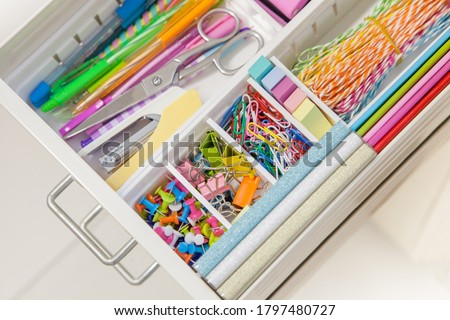 Stylish colored stationery in pastel colors. Female workplace. Organization of a drawer at the workplace. Storage and order of office supplies. Concept back to school. Foto stock ©