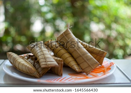 Suman, a rice cake originating in the Philippines that is made from glutinous rice cooked in coconut milk, wrapped in buli or buri palm (Corypha) leaves. Stock fotó ©