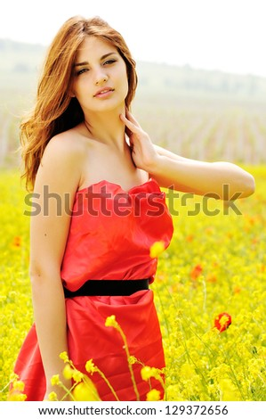 summer lady standing in the field