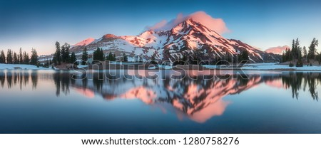 Summer Sunrise South Sister mountains in central Oregon near Bend are reflected in Green Lakes. Mountains in the cascade Range of Oregon, USA Beautiful landscape background Photo stock ©