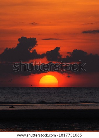 Sun going down touching horizon line of sea , Natural sunset in dark orange sky.Samui Thailand Foto stock ©