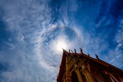 Sun halo (Sun halo) is a reflection of multiple suns overlapping, which is larger than normal. And has a halo of rainbow colors all around.