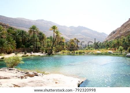 Sun shining on beautiful desert lake oasis of Wadi Bani Khalid in Oman Foto stock ©