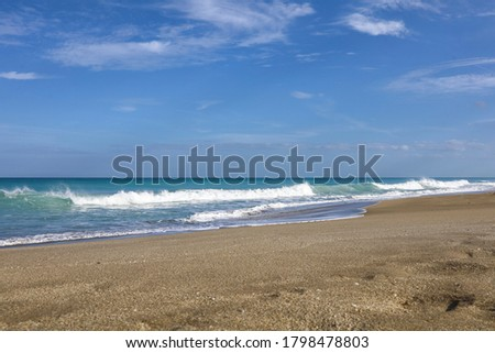Sunny day in Fort Pierce, Florida on North Hutchinson Island beach along Atlantic Ocean. Uncrowded and pristine beaches of the Treasure Coast St. Lucie County, FL. Greeting from the Sunrise City.  Zdjęcia stock ©