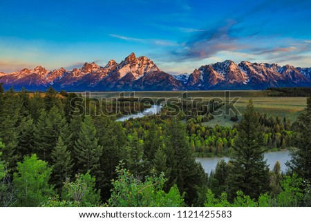 Sunrise from the Snake River Overlook in Wyoming with the Grand Tetons in the background. ストックフォト ©