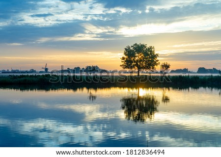 Sunrise over the meadows of the Zwanburgerpolder at the Kagerplassen in the South-Holland village of Warmond in the Netherlands. Stok fotoğraf ©