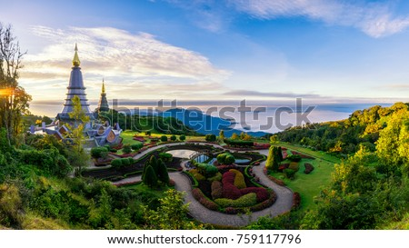 Sunrise scence of two pagoda on the top of Inthanon mountain in doi Inthanon national park, Chiang Mai, Thailand. Foto stock ©