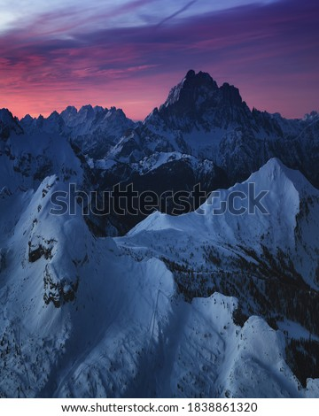 Sunrise view of the snow-capped mountains from rifugio Lagazuoi, Dolomites, Italy. Winter dawn in the mountains, the surroundings of Cortina d'Ampezzo. Morning mountain landscape, the Alps. Foto stock ©