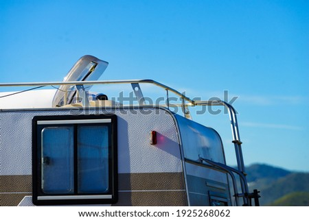 Sunroof, raisable panel window on roof top of rv caravan against blue sky. Travel with motor home vehicle. Foto stock ©