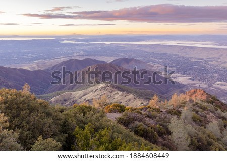 Sunset over Eagle Peak and Bald Ridge via the Main Peak, with the city of Clayton in the background. Mount Diablo State Park, Contra Costa County, California, USA. Foto stock ©